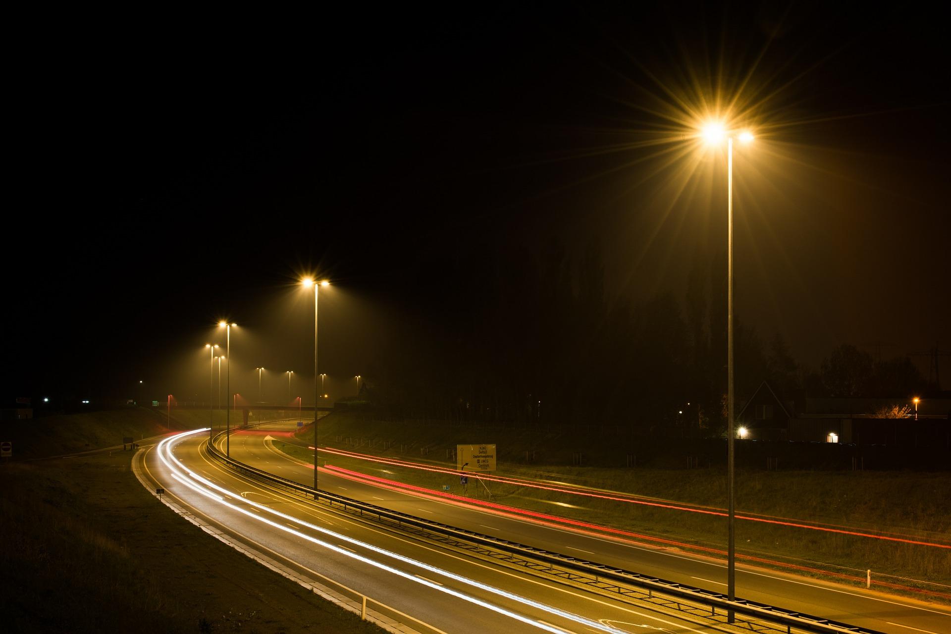 Straßenlaternen erleuchten die Nacht